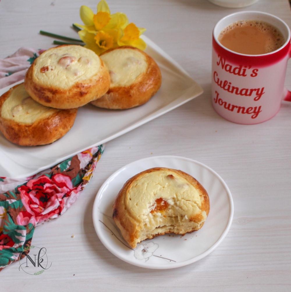Vatrushka (Russian sweet cheese and apricot buns)
